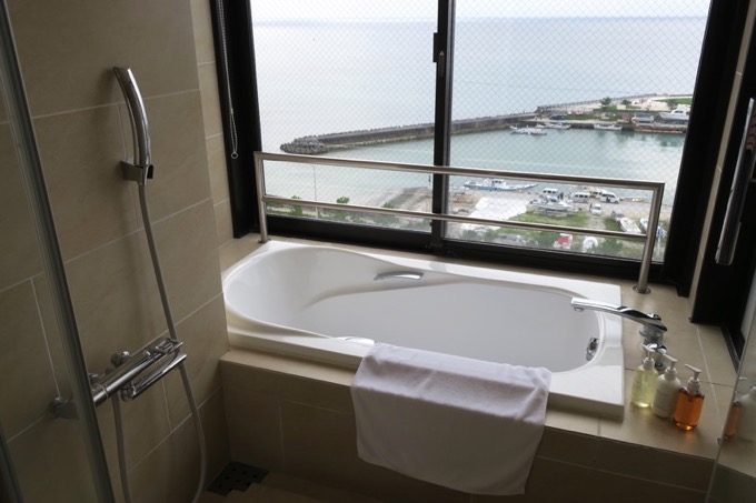 宜野湾マリーナに向かって配置された浴室。