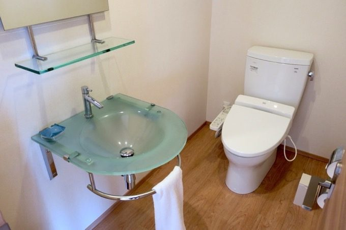 トイレには大きな鏡がついている。