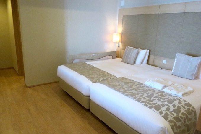 セミダブルサイズのベッドが2台置かれたベッドルーム(友人が利用した部屋)