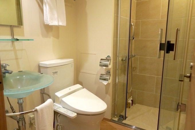 友人側のベッドルームにはトイレとシャワールームがあった。鏡もあって便利。