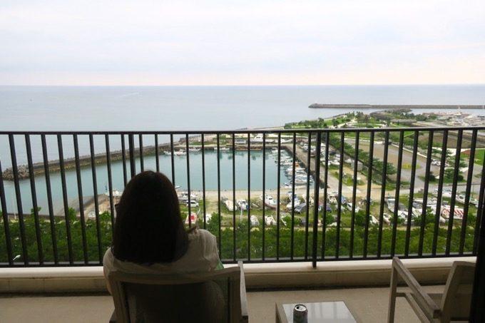 広々としたバルコニーからは、宜野湾港マリーナを眺めることができる。
