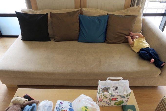 ソファーは座面が広く、子供を寝かせておくことができた。