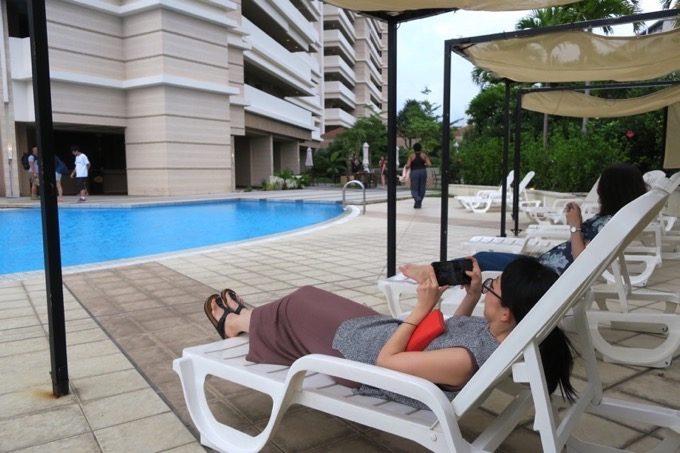 プールサイドでリゾート気分を満喫。