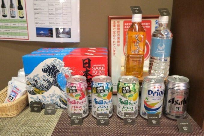 ホテルの売店で売られていたビールやチューハイなど。価格は抑えめ。