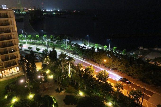 バルコニーからの夜の風景(左側)