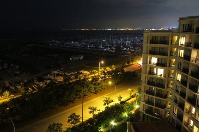 バルコニーからの夜の風景(右側)
