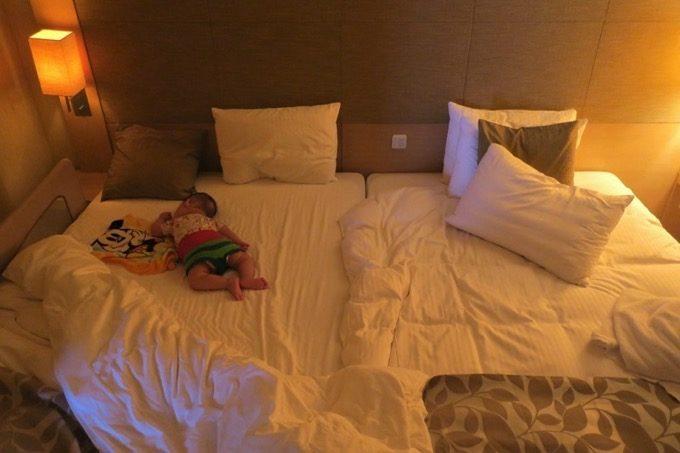 お子サマーをベッドに寝かす。