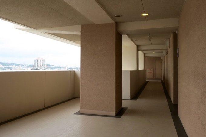 ゆったり広々とした外廊下。
