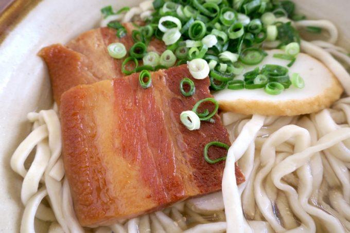 麺とスープと異なり、味付けが濃い三枚肉。
