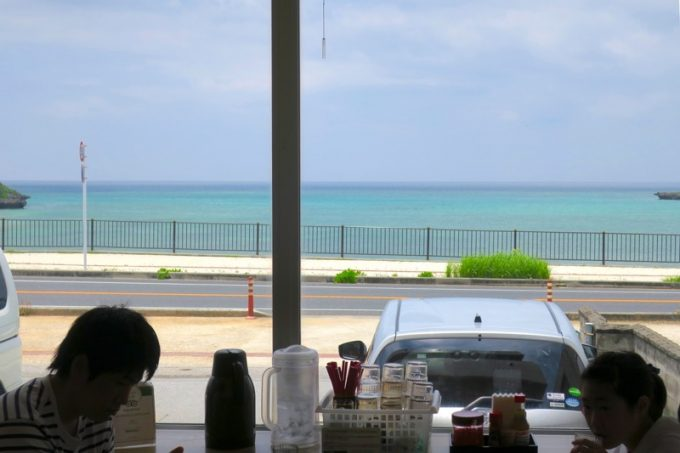 なかむらそばの店内から見える、沖縄本島西海岸の海。