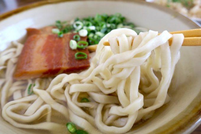 沖縄そばの麺は真っ白で幅広、ゆるい縮れ麺。