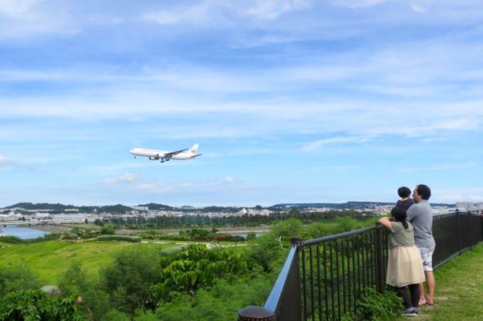 瀬長島の展望台から着陸する飛行機を眺める。