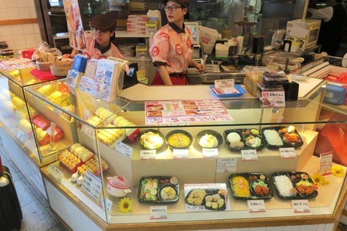 「551蓬莱飲茶CAFE」の店先には、テイクアウト専用カウンターもある。