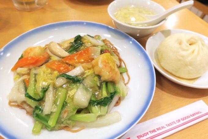 「551蓬莱飲茶CAFE」のAセット(海鮮焼そば+豚まん1コ+スープ、1140円)