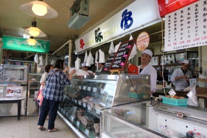 函館・宝来町「阿佐利精肉店」の店内。