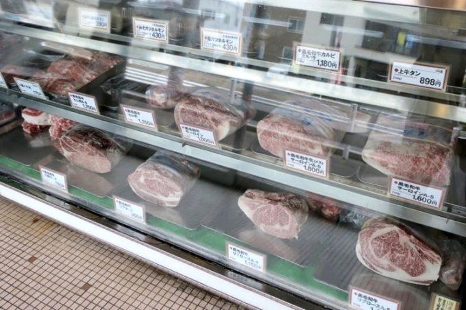 高級そうな牛肉がブロックで販売されている。