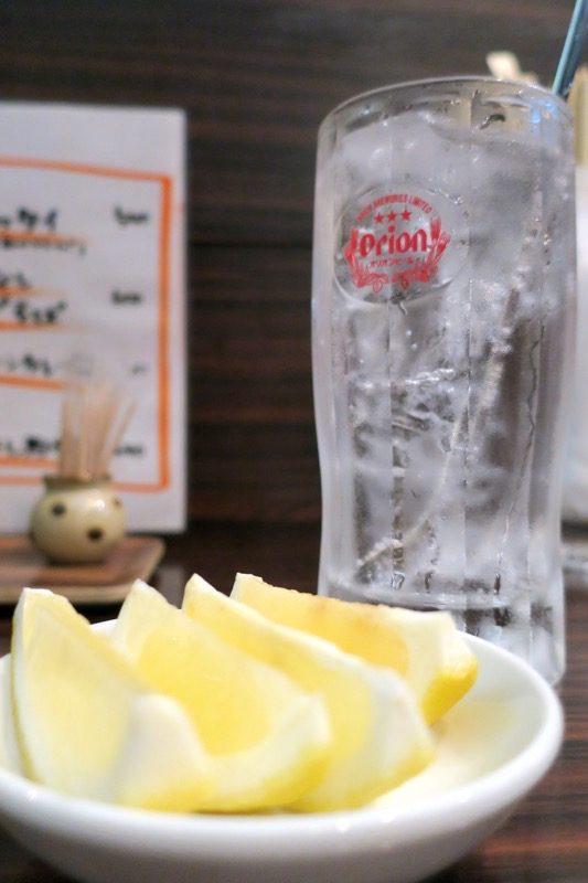 「アジア麺 樹」の生搾りレモンサワー(450円)