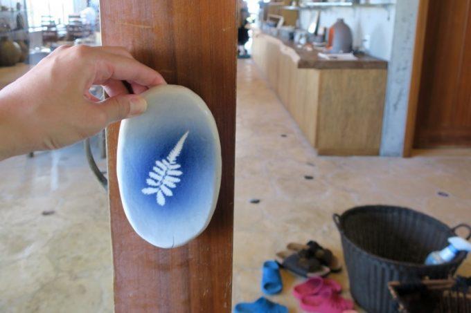 扉の取っ手が陶器でできている。