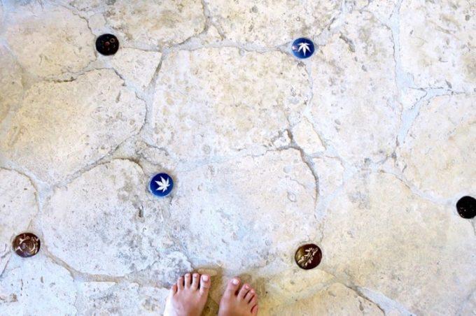 足元にも陶器が埋め込まれている