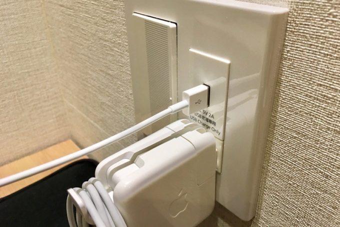 シングルルームには電源が2箇所。ベッド側はUSB充電が可能だった。