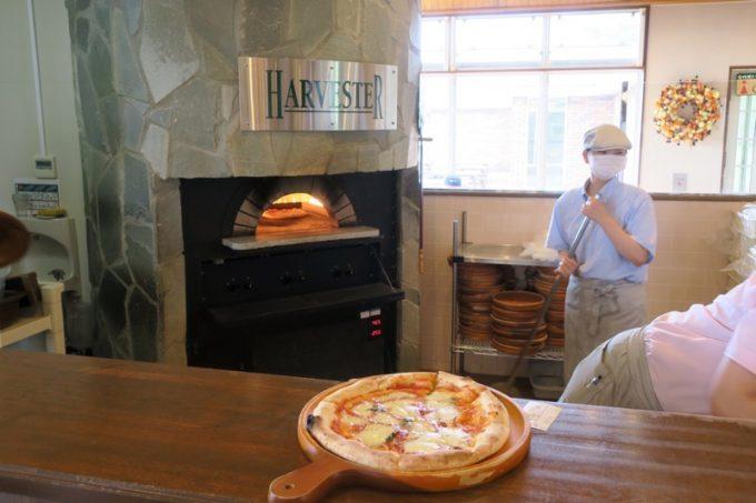 「ハーベスター八雲」ではピザ窯でピザを焼き上げる。