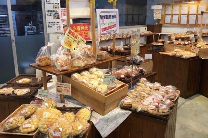 店内で焼いたパンも販売している。