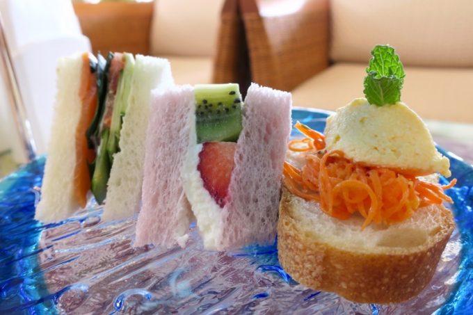 サンドウィッチ(紅芋食パンのフルーツサンド、スモークサーモンとハンダマのサンド、キャロットラペ&エッグクリームのブルスケッタ)