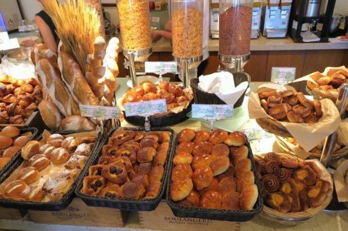 朝食会場の焼きたてパン