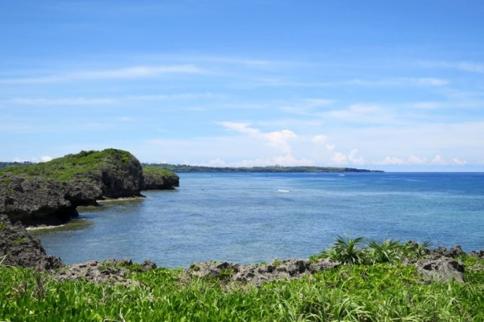 遊歩道の先に広がる真栄田岬の景観