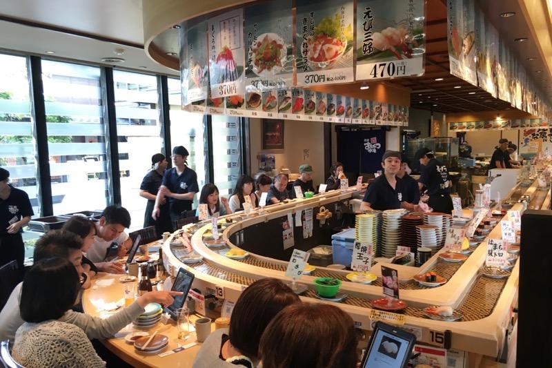 函館ベイ美食倶楽部にある「まるかつ水産」のカウンター席