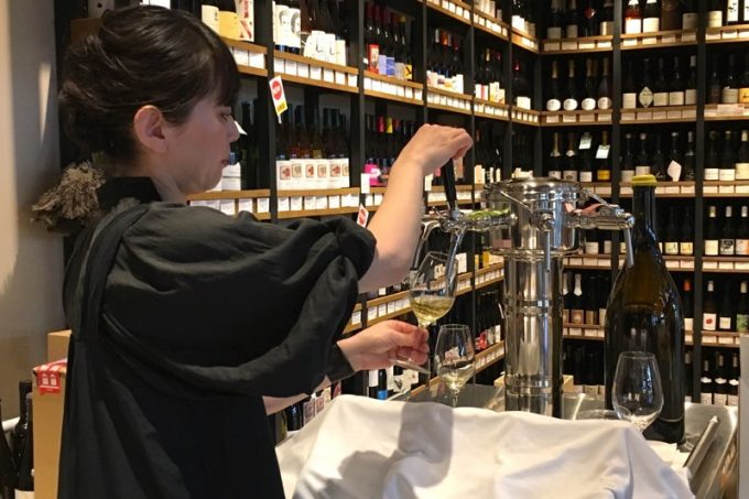 ワインを1杯飲んでみることに。タップタワーから樽出しでワインを注ぐ店員さん。