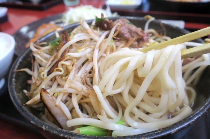 野菜炒めの山から、麺をほじくり出す。