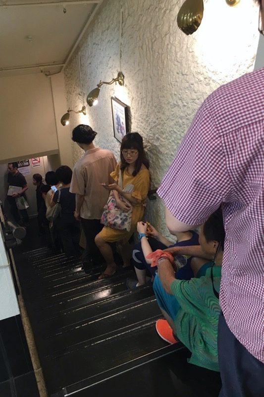 食後、12時前にお店を後にする時、階段の上まで入店待ちの列ができていた。