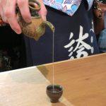 カラカラを使って、泡盛を注ぐ。
