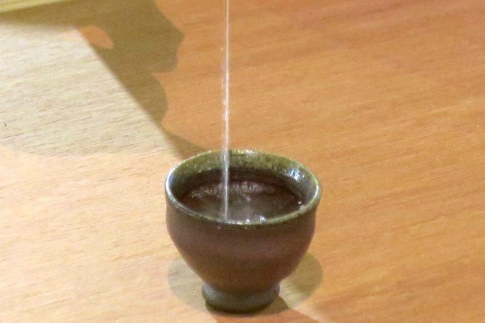高いところから注ぐと、水面に泡が盛る。だから泡盛。
