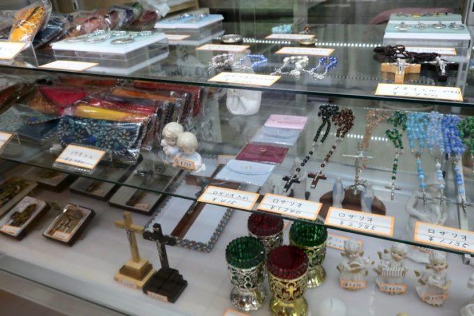 売店ではロザリオなどが販売されていた。
