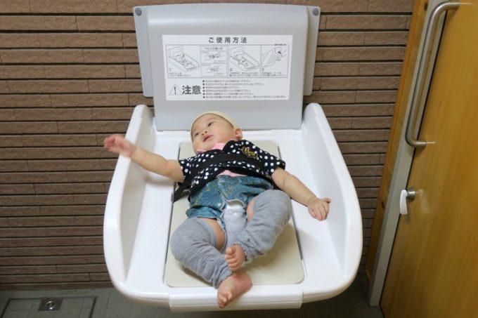 誰でもトイレには、赤ちゃんのオムツ交換台があった。