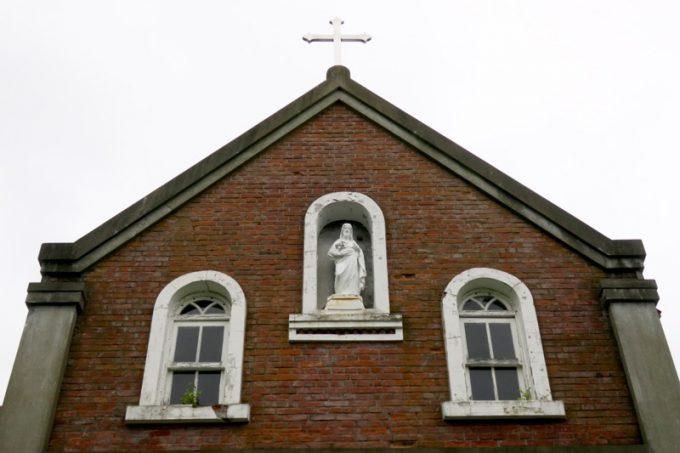 正門にはイエスの像があった。