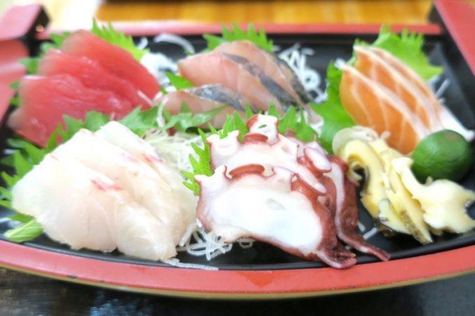 那覇・赤嶺「魚屋直営食堂 魚まる」この日のお刺身は6点盛りだった。