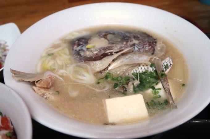那覇・赤嶺「魚屋直営食堂 魚まる」魚まる定食(1380円)の魚汁がたっぷりのボリューム
