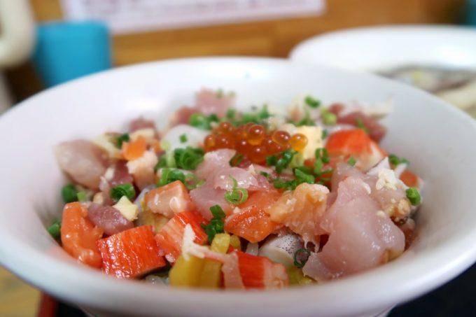 那覇・赤嶺「魚屋直営食堂 魚まる」魚まる定食(1380円)の丼はまーさん丼(海鮮丼)をチョイスした。