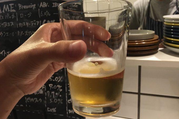 「クラフトビア食堂 VOLTA(ボルタ)」では、クラフトビール12種類が100分2500円で飲み放題になる。1杯目はピリカワッカのピルスナー。