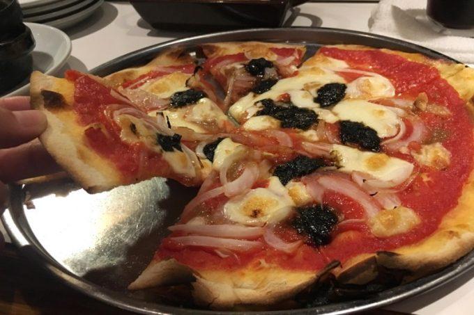 「クラフトビア食堂 VOLTA(ボルタ)」の岩のりと新玉ネギのピザ(980円)