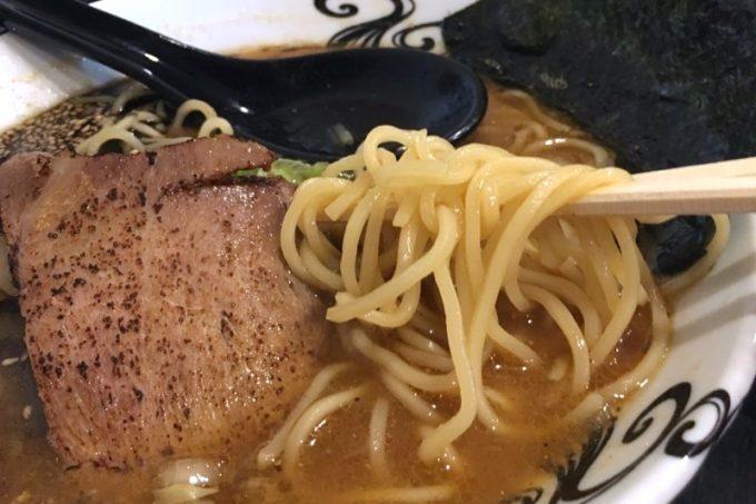 麺はほぼストレートの中細麺。