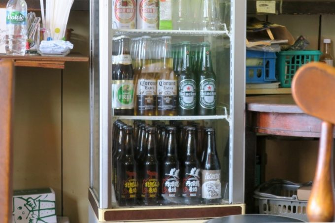 冷蔵ケースに、ボトルビールが並んでいるのが目に入る。