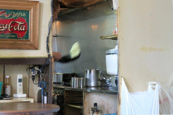 客席から目に入ったバターライスを炒めるマスター。