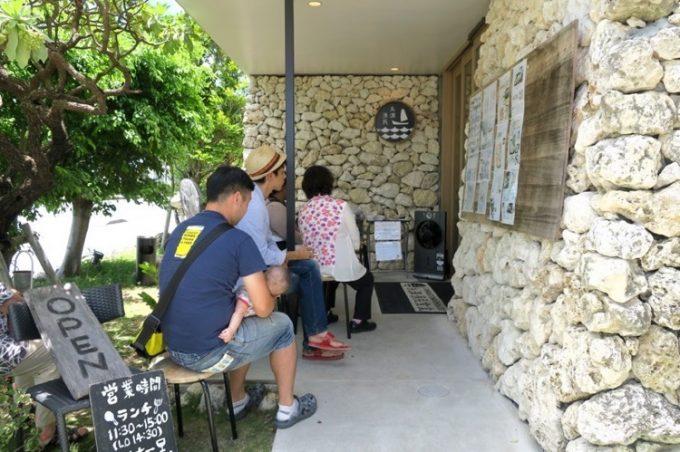 「糸満漁民食堂」は、いつ食べに行ってもお客さんが並んでいる。