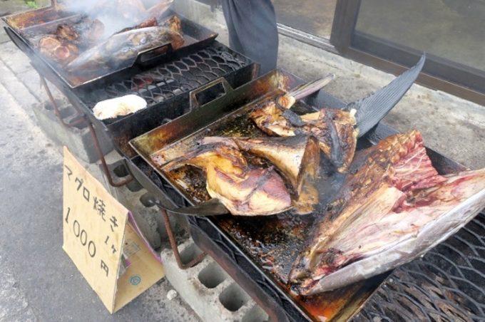 海峡荘の店先で焼かれるマグロのカマなど。1切れ1000円だ。
