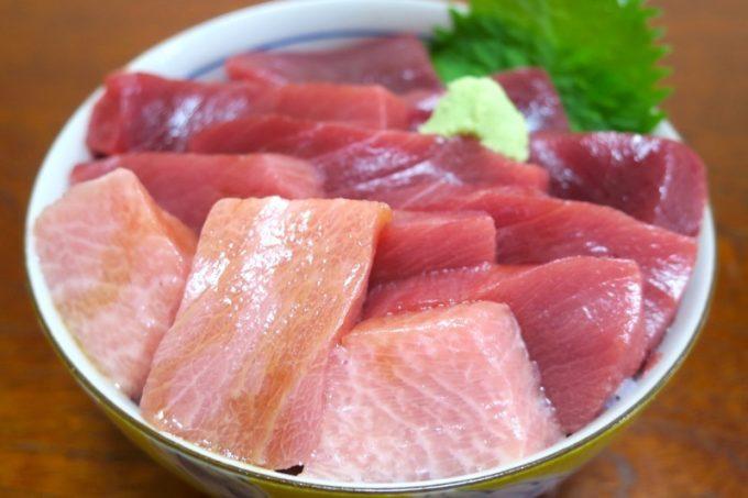 マグロだけ丼には、大トロ・中トロ・赤身の3種類が乗せられている。