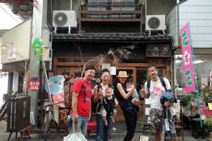 大阪・空堀商店街「旧ヤム邸」の前で記念撮影。